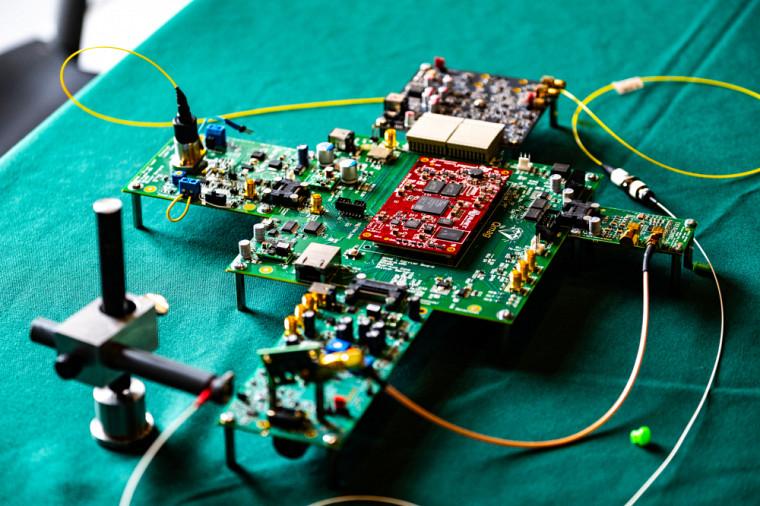 Un prototype de magnétomètre quantique à base de diamant.