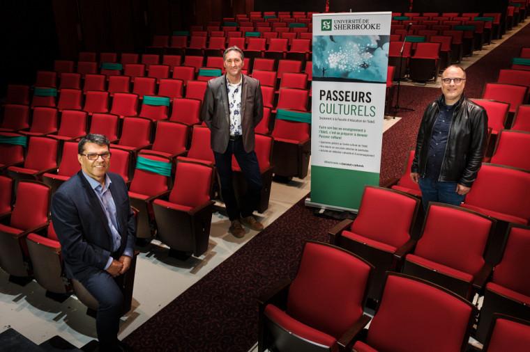 Le doyen de la Faculté d'éducation, Pr Serge Striganuk, le directeur général du Centre culturel de l'UdeS, M. Mario Trépanier, et le professeur Martin Lépine. M. Trépanier et le professeur Lépine sont les cocréateurs du programme Passeurs culturels.
