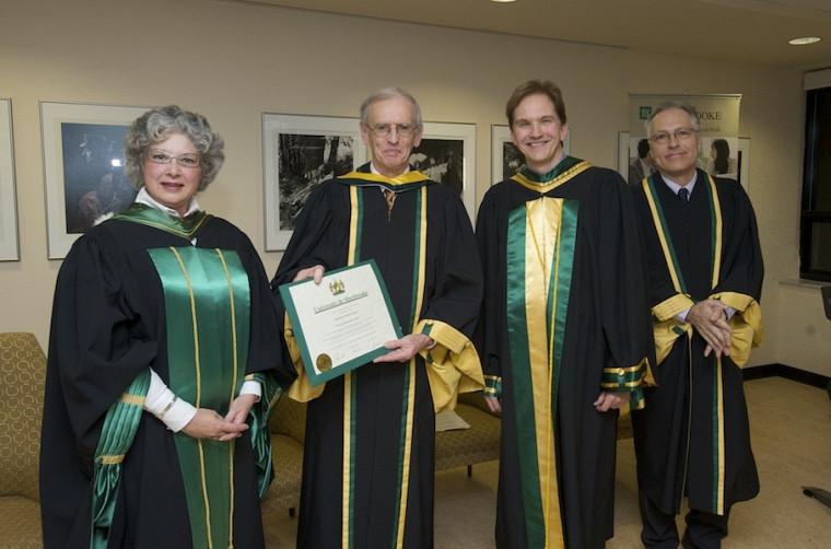 Jocelyne Faucher, secrétaire générale et vice-rectrice aux relations internationales, le docteur d'honneur Michel Prieur, le doyen Daniel Proulx et le professeur Pierre-François Mercure.