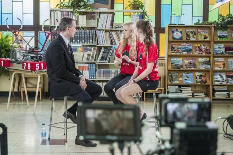 Robotique FIRST, une histoire de mentorat. Le professeur François Michaud s'entretient avec deux élèves de Drummondville.