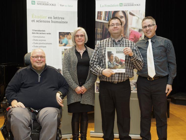 Les parents deBenoît-Daoust-Tremblay, M. Gilles Daoust et MmeSylvie Tremblay, Simon Fradette (récipiendaire) et Benoît Huberdeau (donateur).