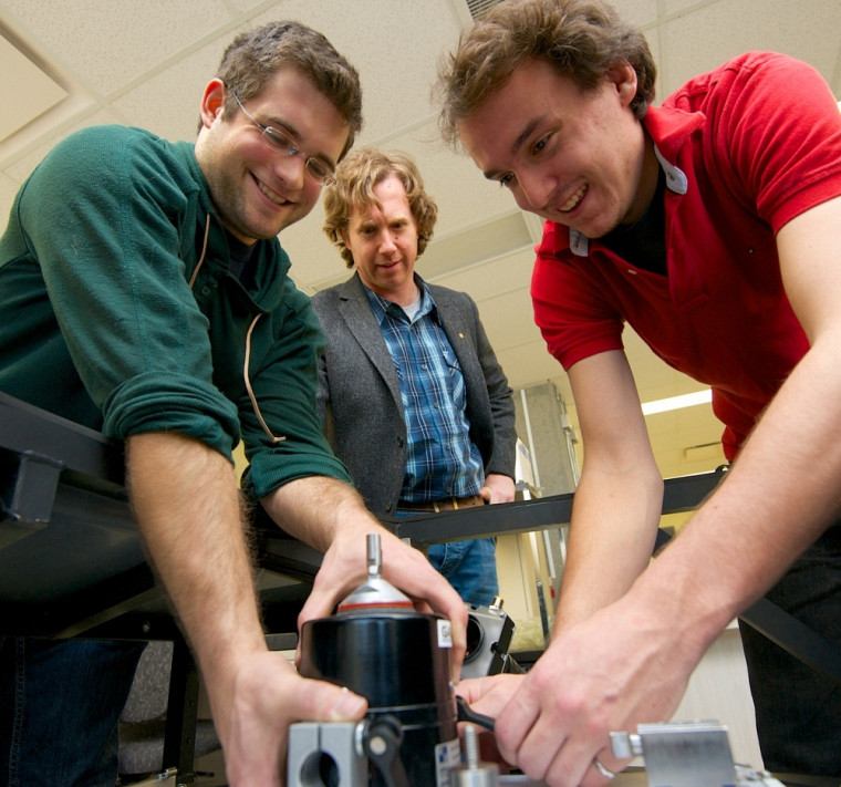 Le professeur Elijah Van Houten, au centre, ainsi Jean-Philippe Choinière et Samuel Fréchet, deux étudiants membres du projet VenUS, dont le prototype est présenté à l'exposition Mécagéniale.