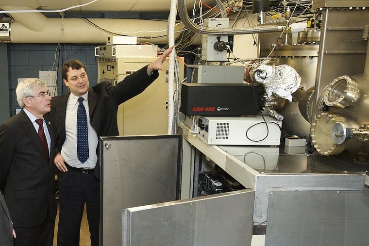 Le ministre Clément Gignac découvre le laboratoire du professeur Richard Ares.