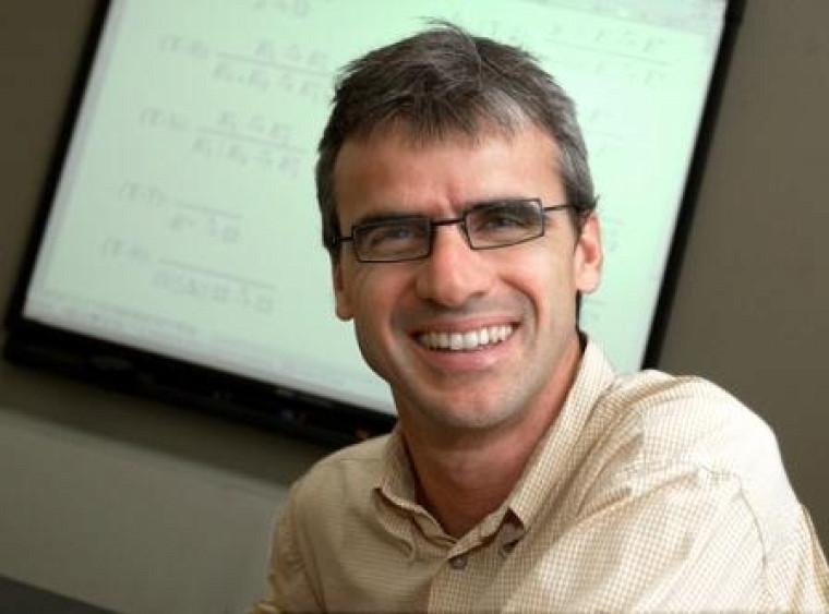 Le professeur Marc Frappier est spécialiste des systèmes d'informations à partir de spécifications abstraites.