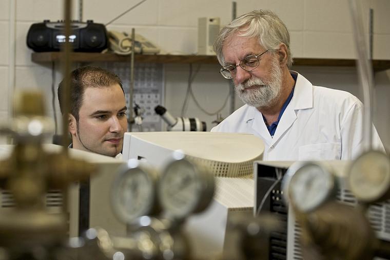 Le professeur Hugues Ménard et son étudiant au doctorat, Maxime Clément, ont mis au point une nouvelle méthode pour quantifier l'adsorption des nanoparticules.