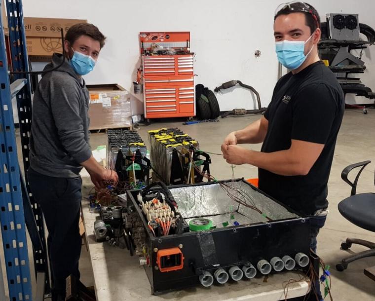 Jean-Gabriel Mercier (gauche) et Vincent Woodward (droite) ont effectué leurs stages en génie mécanique chez Calogy Solutions l'automne dernier.