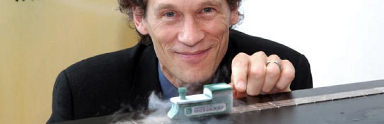 Le professeur Louis Taillefer, au moment de l\'annonce de sa formidable découverte : les matériaux supraconducteurs, qui transportent l\'énergie sans aucune résistance, sont incontestablement des métaux. Cette percée, qui lève le voile sur un mystère perdurant depuis 20 ans, bouleverse la recherche en physique et permettra un jour des applications prometteuses dans moult domaines. Pour en savoir plus : http://www.usherbrooke.ca/medias/communiques/2007/mai/supraconducteurs.html  Photo : Robert Laflamme