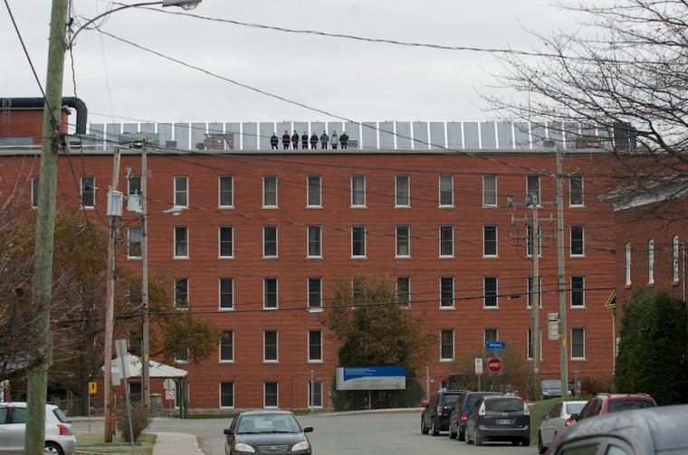 La structure en longueur couvre une surface de 92m2 sur le toit du Pavillon d'Youville du CSSS-IUGS.