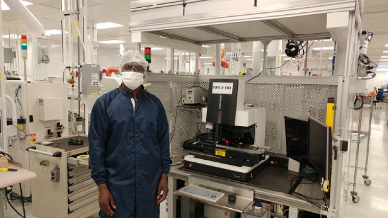 Assane Ndieguenedans le laboratoire d'assemblage de semi-conducteurs du Centre de Collaboration MiQro Innovation (C2MI).