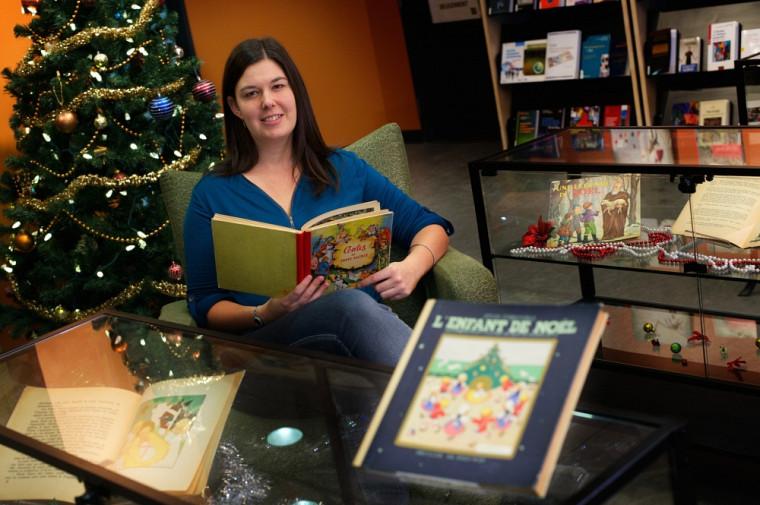 Myriam Gosselin, technicienne de la documentation, a parcouru les livres de la collection pour ressortir ceux de Noël et faire le choix final.