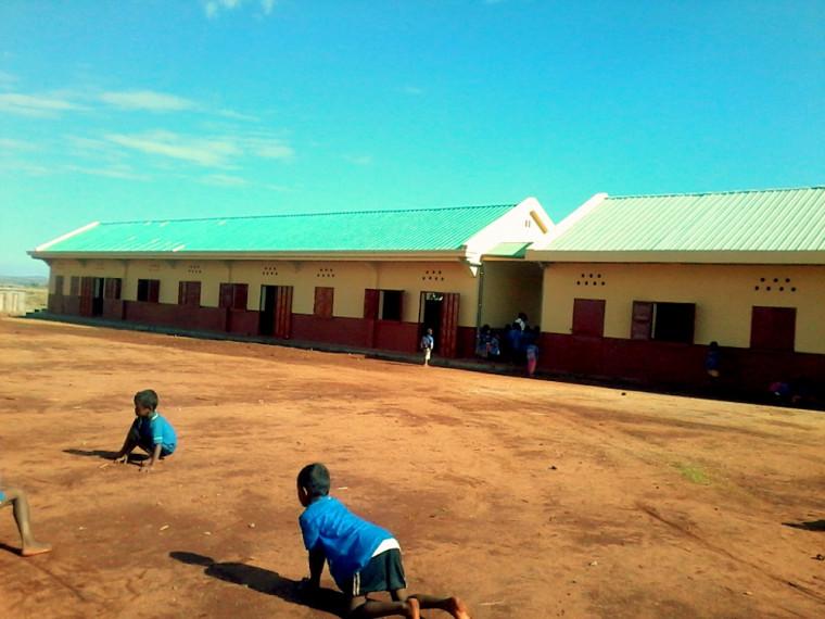 L'école et le terrain où est prévue la construction des nouvelles salles de classe.