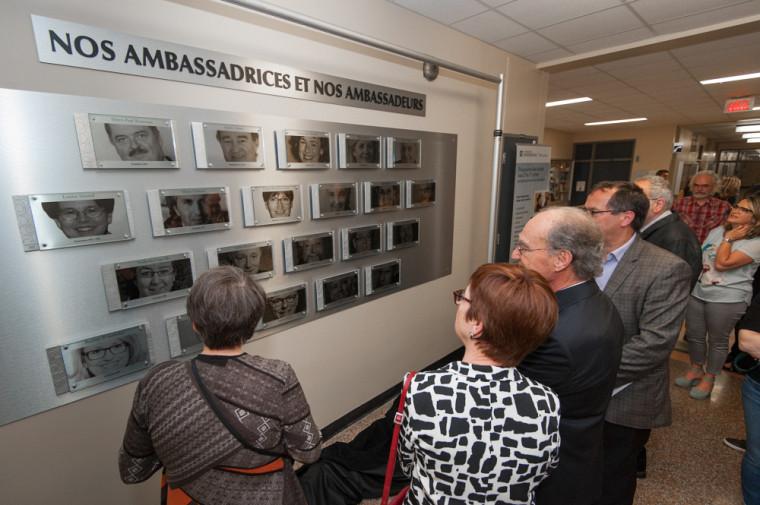 Membres de la direction, ambassadrices et ambassadeurs étaient présents au dévoilement de la Galerie du rayonnement.