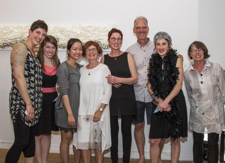Les finissantes et le finissant 2017 du diplôme de 2e cycle en pratiques artistiques actuelles de l'Université de Sherbrooke, en compagnie de la responsable du programme, Nicole Benoit (à droite).