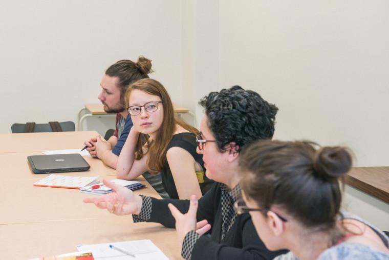 Le séminaire «Des textes aux recueils », offert à la maîtrise en études françaises, propose aux étudiantes et aux étudiants une discussion sur l'écriture comme art langagier avec ses effets de voix particuliers, ses tonalités et ses formes variées.