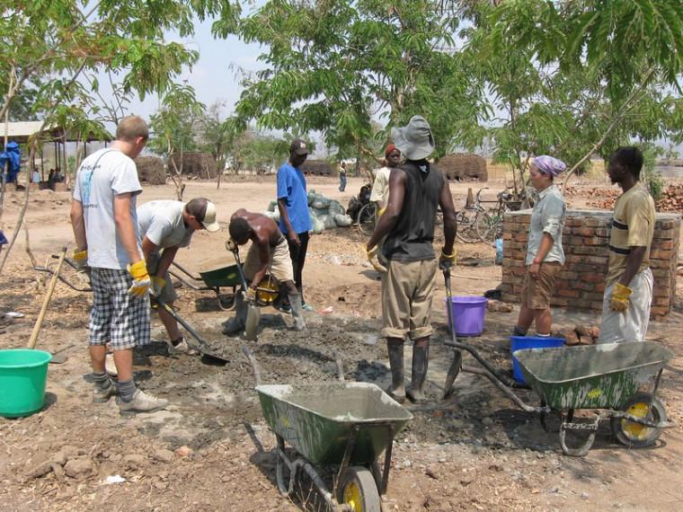 Fabrication de béton pour les fondations.