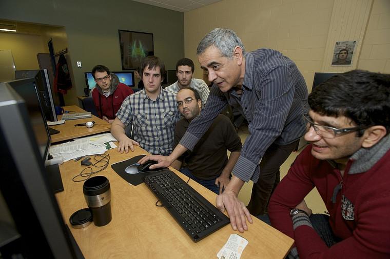 Le professeur Djemel Ziou et quelques étudiants du Département d'informatique qui collaborent au projet.