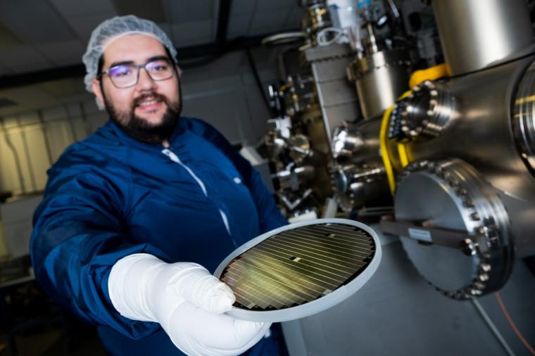 Pendant sa thèse, le doctorant Youcef Bioud s'est penché sur la possibilité d'utiliser un type de matériaux novateurs, à base de germanium nanoporeux, dans les cellules photovoltaïques multi jonctions.