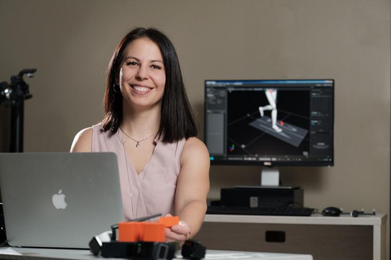 Pre Karina Lebel, dans un laboratoire du Centre de recherche sur le vieillissement, où elle concentre ses recherches cliniques.