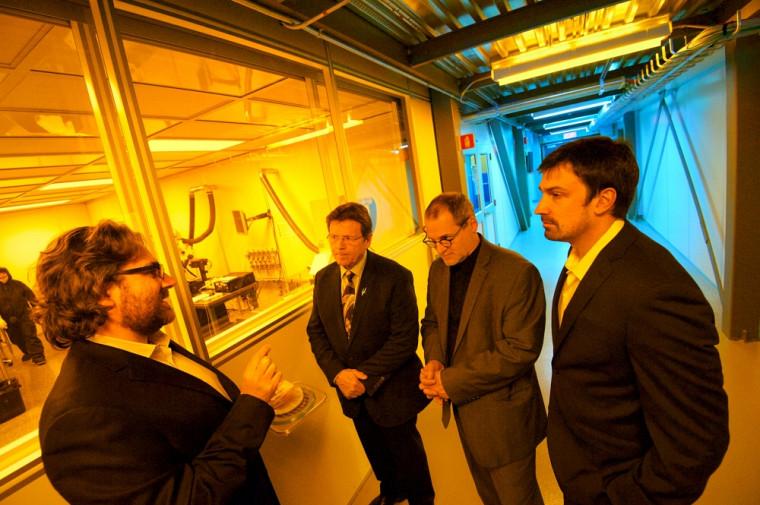 Vincent Aimez, directeur des partenariats scientifiques du C2MI, présente l'équipement scientifique qui servira à fabriquer les cellules solaires qui feront partie des systèmes thermoélectriques. Il est accompagné de Serge Cardin, député de Sherbrooke, d'Alain Webster, vice-recteur au développement durable et aux relations gouvernementales de l'UdeS, et de Mathieu Chagnon, président de Rackam.