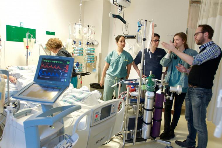 Le Pr Michaël Mayette et son équipe visitent un patient aux soins intensifs avant la pandémie.
