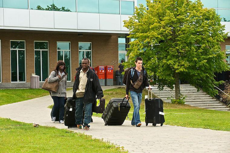 Étudiants arrivant avec leurs bagages au Campus principal.