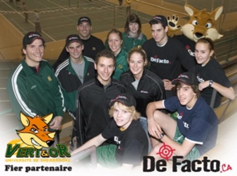 Alex Genest et Marie-Christine Pruneau sont entourés d\'athlètes et d\'entraîneur du Vert & Or ainsi que des jeunes de l\'école le Triolet