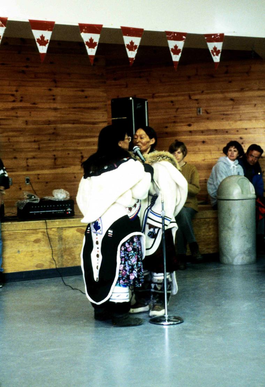 Le Katajjaq estgénéralement pratiqué par deux femmes face à face se tenant par les épaules.