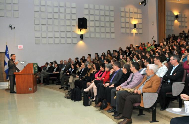 Dr Hébert présentant sa conférence à l'ensemble de la communauté facultaire