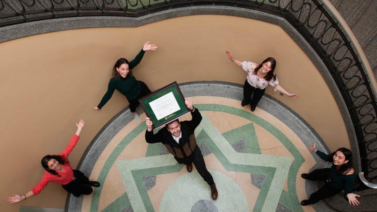 Des membres de l'exécutif de l'AEPSUS, lauréats du prix Dynamisme.