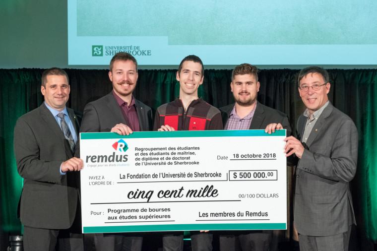 Le REMDUS donne 500 000 $ au fonds de bourses d'excellence au études supérieures.
