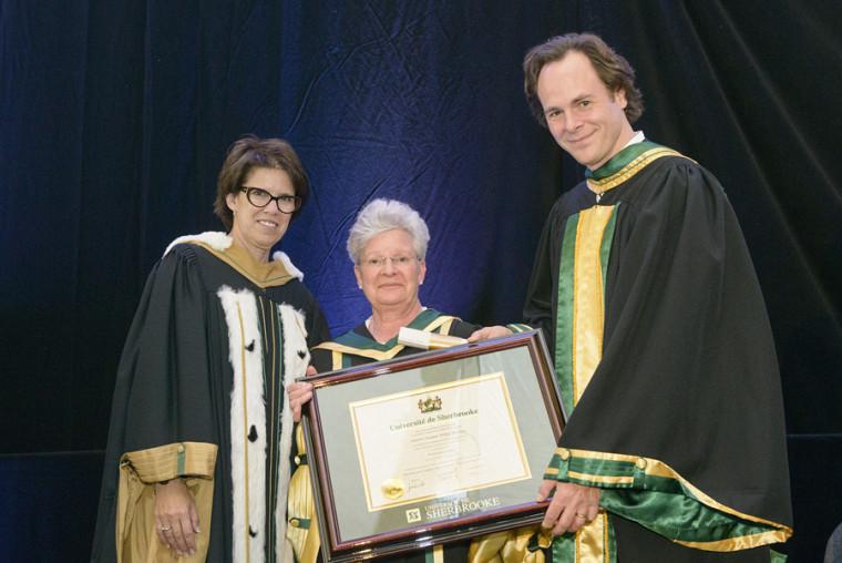 La professeure émérite Suzanne Philips-Nootens en compagnie de la rectrice Luce Samoisette et du doyen Sébastien Lebel-Grenier.