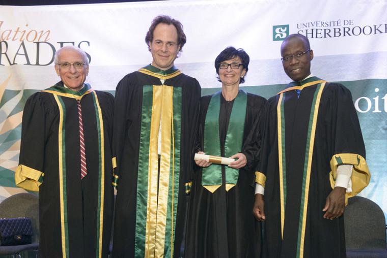 Le vice-doyen à la recherche Robert P. Kouri, le doyen Sébastien Lebel-Grenier, la récipiendaire du prix Lucie Thibodeau et le vice-doyen à l'enseignement Arthur Oulaï.
