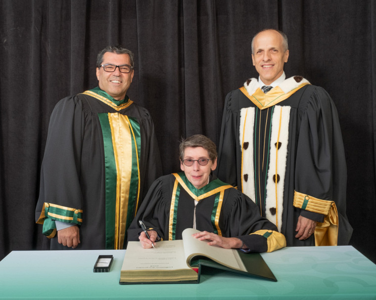 La Pre Marcelle Gingras entourée du doyen de la Faculté d'éducation, Pr Serge Striganuk et du recteur de l'UdeS, Pr Pierre Cossette.