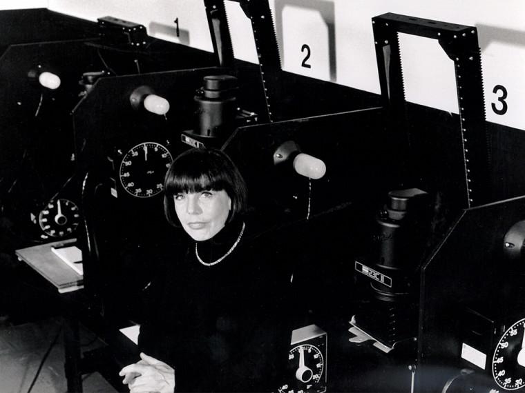 Arlette Vittecoq, chargée de cours en photographie entre 1973 et 1998, posant dans la chambre noire installée au Centre d'animation culturelle de Sherbrooke.