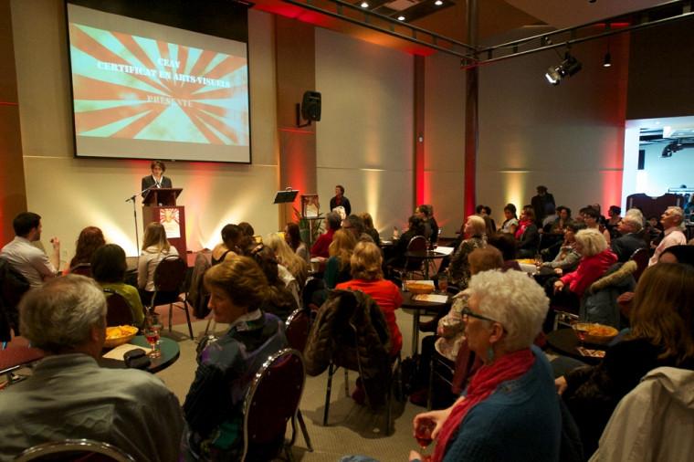 Luce Samoisette, rectrice de l'Université de Sherbrooke, lors du vernissage de l'exposition des finissantes et finissants du certificat en arts visuels.