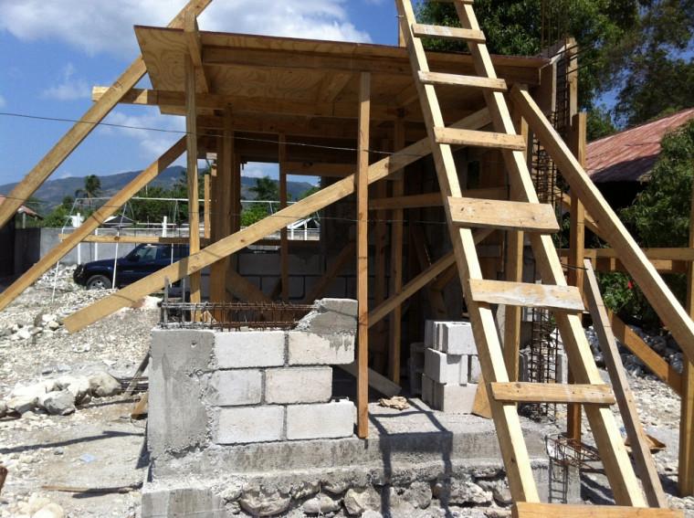 L'École professionnelle de Jacmel dispose maintenant d'un module de construction en maçonnerie chaînée installé qui soutient une série de formations spécialisées en construction antisismique, un projet de ONUHabitat.