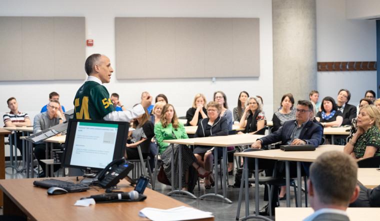 Le recteur a dévoilé le plan stratégique de l'UdeS le 10 mai dernier. On le voit ici bien entouré, lors de sa présentation au Campus de Longueuil.