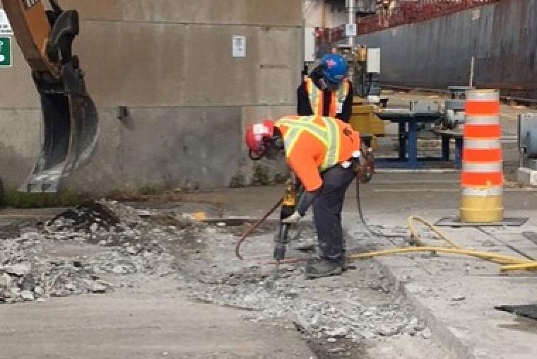 Oulimata Fall a analysé différentes situations de travail sur les chantiers afin de relever des pratiques pouvant mener à des TMS.