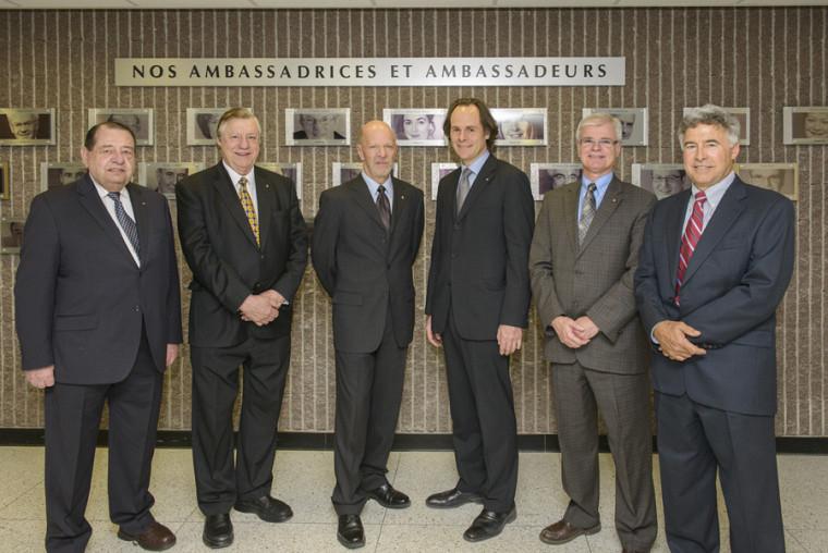 Les ambassadeurs Robert Normand, Louis-Paul Allard, Luc LaRochelle, Denis Paré et Michel Coutu entourent le doyen Sébastien Lebel-Grenier.