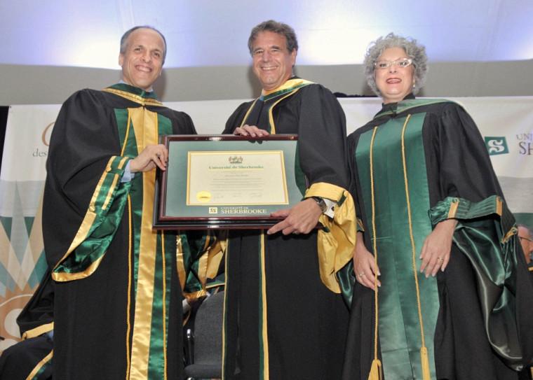Le doyen de la Faculté, Pr Pierre Cossette, le docteur d'honneur, Dr Alain Beaudet et la secrétaire générale, Pre Jocelyne Faucher