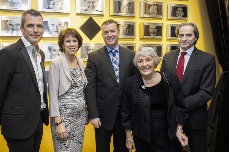 La rectrice de l'Université de Sherbrooke Luce Samoisette est accompagnée de Benoît de Villiers, Martin Tremblay, Claire B. Beaudoin et François Coderre, doyen de la Faculté d'administration.