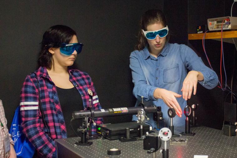 Une élève du secondaire etJoëlle Fréchette-Viens, étudiante au baccalauréat en physique, lors de l'atelier Mon chien est un hologramme.