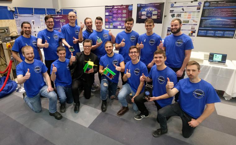 L'équipe QMsat accompagnée du doyen de la Faculté de génie, le PrPatrik Doucet.