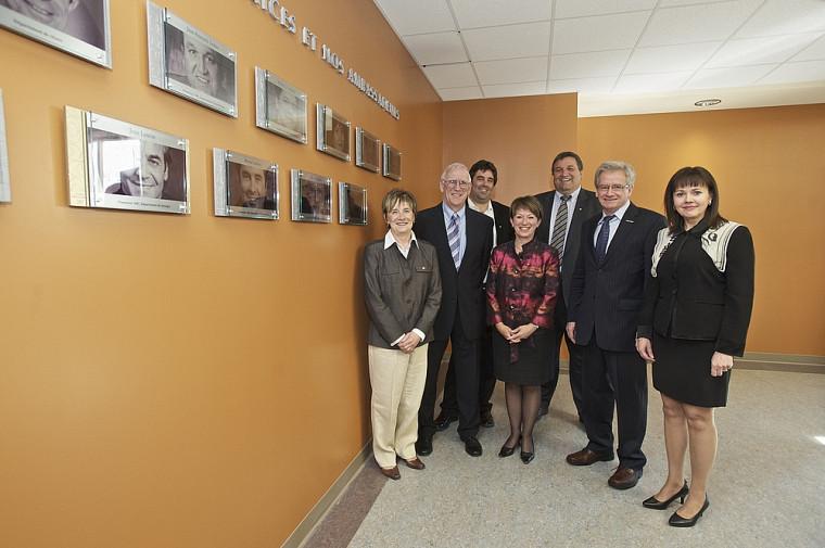 Posant fièrement devant la Galerie du rayonnement des ambassadrices et ambassadeurs de leur faculté : Micheline Roy (2004), Jean A. Morisset (2008), Bruno Leclaire (2007), Louise Proulx (2006), Jean-François Leduc (2001), Ghyslain Dubé (2010) et Monique Pagé (2003).