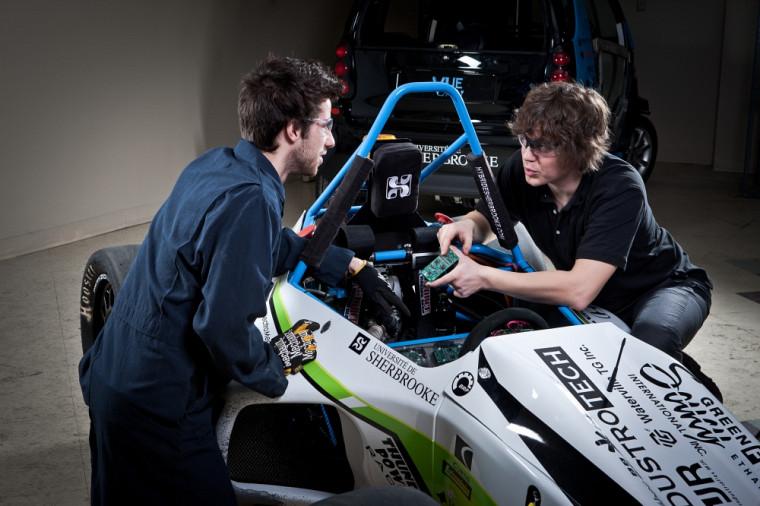 Parmi les véhicules en exposition, la Formule SAE hybride créée par des étudiants de la Faculté de génie.