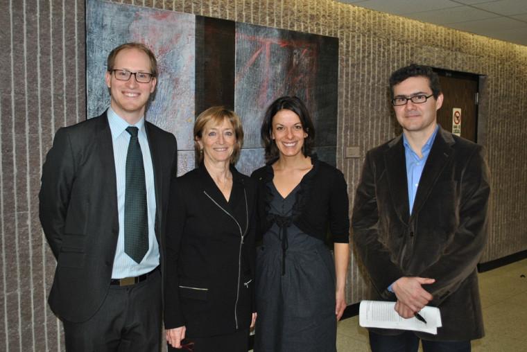 De gauche à droite, le professeur Guillaume Rousseau, l'honorable Marie Deschamps, Josée Chartier, coordonnatrice aux activités pédagogiques de recherche et communication du 1er cycle, et Mathieu Devinat, professeur agrégé et vice-doyen à la recherche.