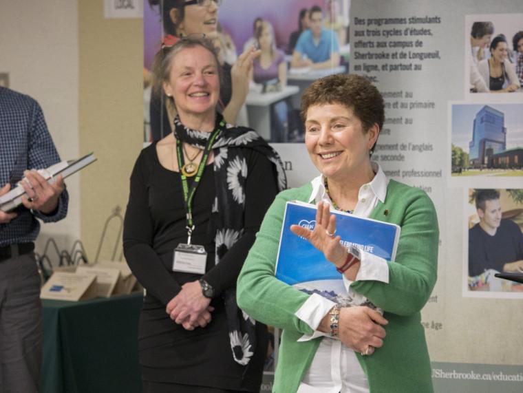 Mme Lucie Dumont (à d.), professeure à Rivière-du-Loup et récipiendaire du prixPhysiothérapie-Estrie d'éducation-santé-culture.