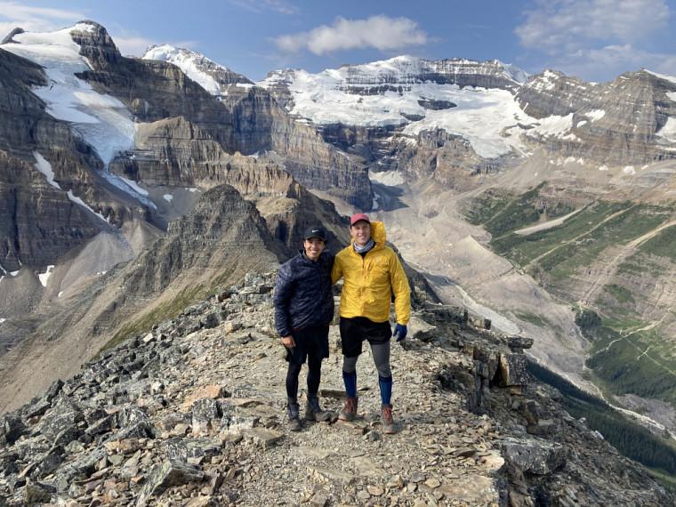Simon Chamorro (gauche) et Samuel Hovington (droite) sont deux étudiants de quatrième année en génie robotique. Ils effectuent leur stage à Station Main en Alberta pour le RDDC.