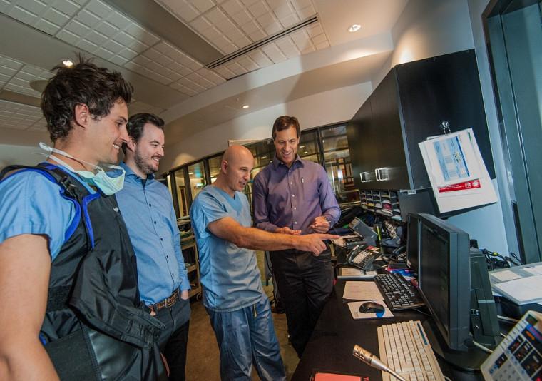 À droite, le Pr Martin Brouillette, en compagnie du Pr Andrew Benko, radiologiste interventionniste qui a pratiqué la première intervention, et de ses deux étudiants au doctorat et co-fondateurs de SoundBite Medical, Steven Dion et Louis-Philippe Riel.