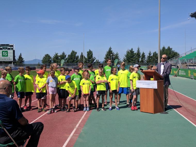 Le recteur de l'UdeS, Pr Pierre Cossette, entouré des jeunes de l'Académie d'athlétisme du Vert & Or.